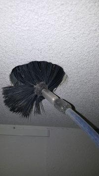 mechanische ventilatie schoonmaken, de roterende borstel waarmee de kanalen worden gereinigd