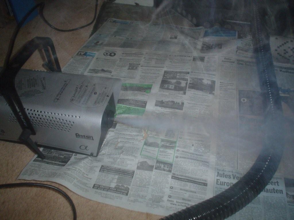 Met een rookblazer rook het schoorsteenkanaal inblazen