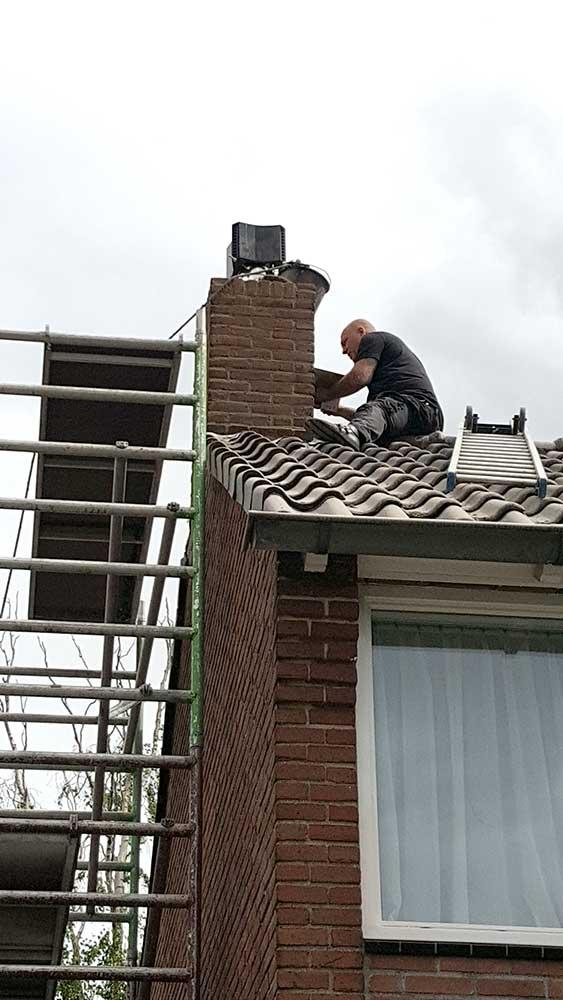 het-voegen-van-de-schoorsteen-op-het-dak